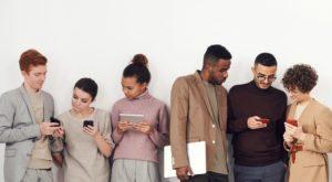 gente usando móvil